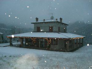 casa con addobbi e neve